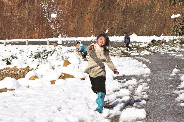 Mùa đông Sapa mang đến cho du khách những trải nghiệm mới lạ, có những ngày tuyết rơi trắng xóa