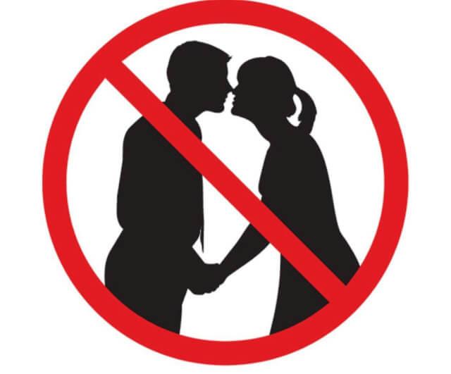 Các hành động thể hiện tình cảm ôm hôn, thậm chí nắm tay nơi công cộng đều gặp rắc rối với cảnh sát địa phương
