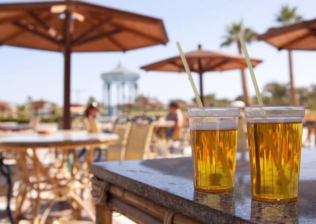 Du khách đi tour Dubai chỉ được sử dụng các đồ uống có cồn tại các nhà hàng, quán ăn được cấp phép