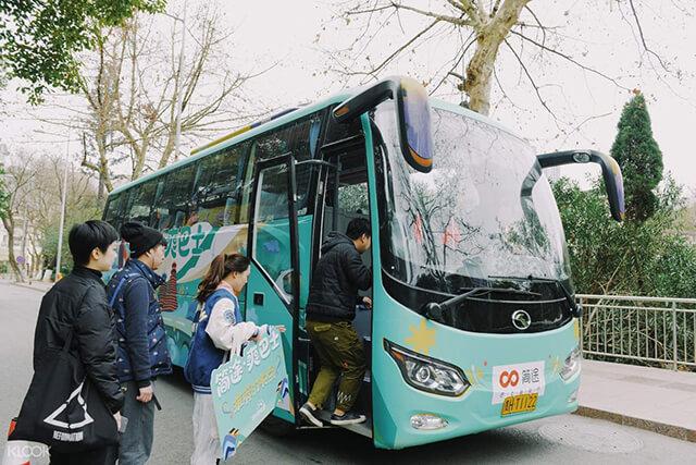 Di chuyển bằng xe bus từ Lệ Giang đến Shangrila để tiết kiệm chi phí
