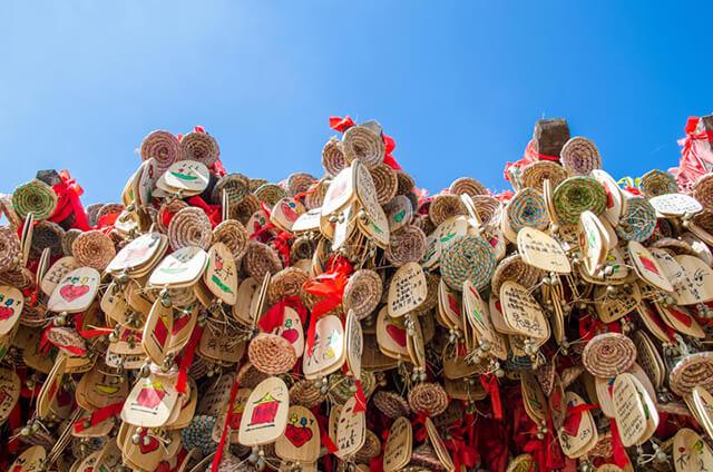 Người Lệ Giang có tục treo chuông gió cầu may tại Quảng trường Ngọc Hà