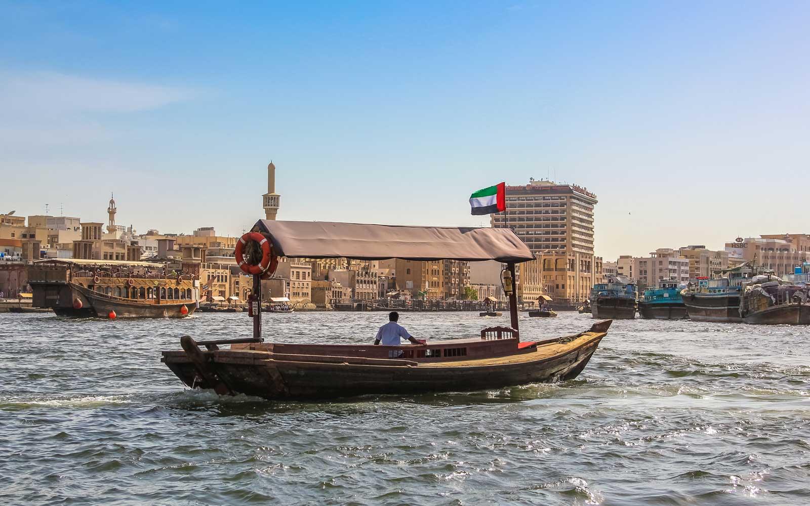 Dạo chơi bằng thuyền abra trên nhánh sông Dubai Creek