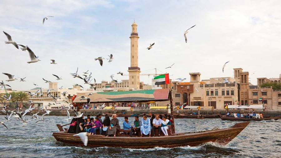 Vượt sông Creek bằng thuyền Abra truyền thống
