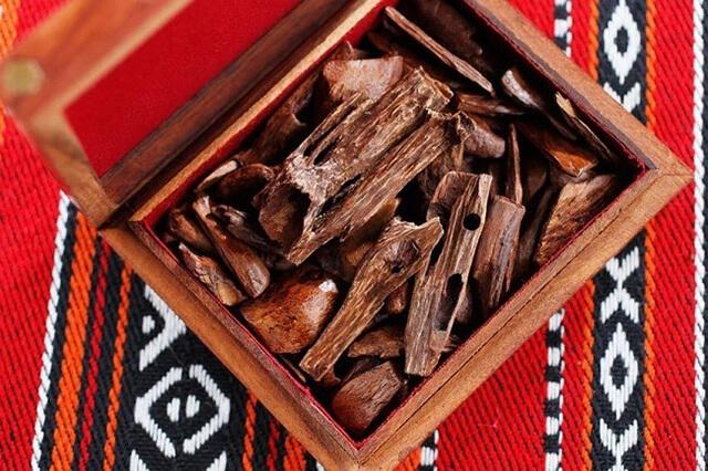 Các thanh gỗ thơm Bakhoor khi đốt lên có mùi thơm dễ chịu lan tỏa khắp căn phòng
