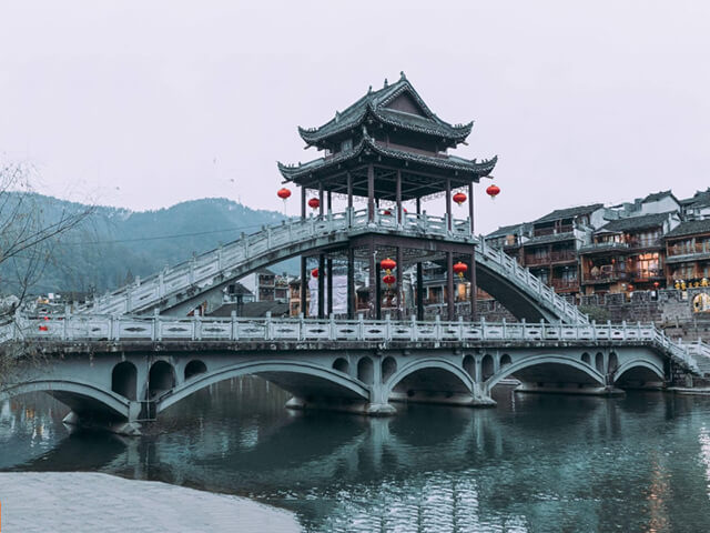 Lầu Phong Thúy Hồng Kiều là biểu tượng nổi bật của trấn Phượng Hoàng