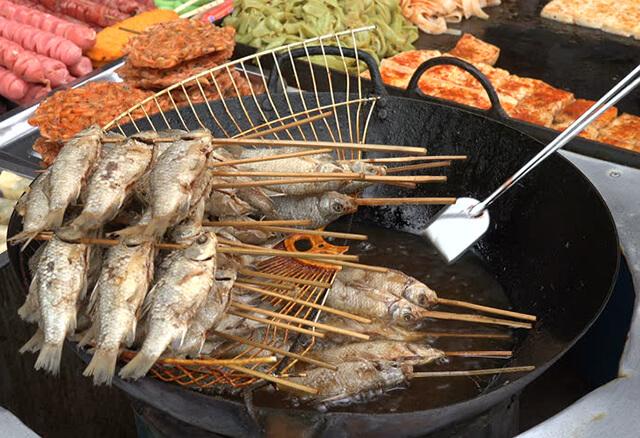 Món cá chiên cũng là thức quà vặt được nhiều du khách yêu thích