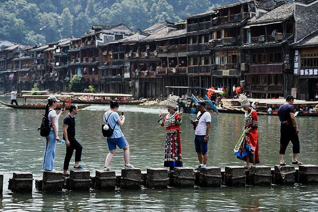 Cầu Đá Nhảy là điểm check-in cực kì nổi tiếng tại Phượng Hoàng cổ trấn
