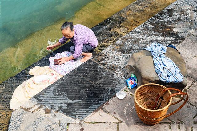 Cho đến hôm nay nhiều người dân Phượng Hoàng cố trấn vẫn giữ thói quen giặt giũ ở sông Đà Giang