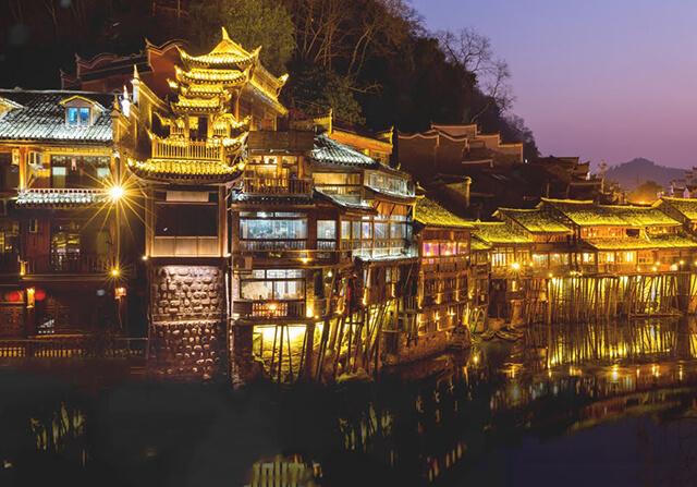 Khung cảnh lung linh, huyền ảo như xứ sở ánh sáng của trấn Phượng Hoàng về đêm