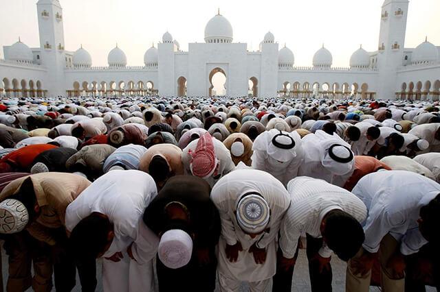 Trong tháng lễ Ramadan các tín đồ Hồi giáo không được ăn, uống, hút thuốc,... từ lúc mặt trời mọc đến khi mặt trời lặn