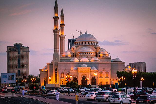 Đi tour Dubai trong tháng lễ Ramadan du khách nên thể hiện sự tôn trọng với việc thực hành tôn giáo của người địa phương, không ăn uống trước mặt họ vào ban ngày