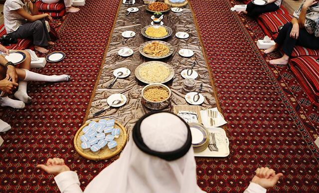 """Tín đồ Hồi giáo kết thúc một ngày chanh tịnh trong tháng lễ Ramadan bằng bữa ăn """"iftar"""""""