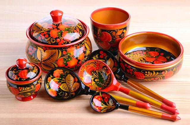 Khokhloma -đồ thủ công gỗ mỹ nghệ truyền thống của Nga được trang trí bằng những họa tiết sặc sỡ