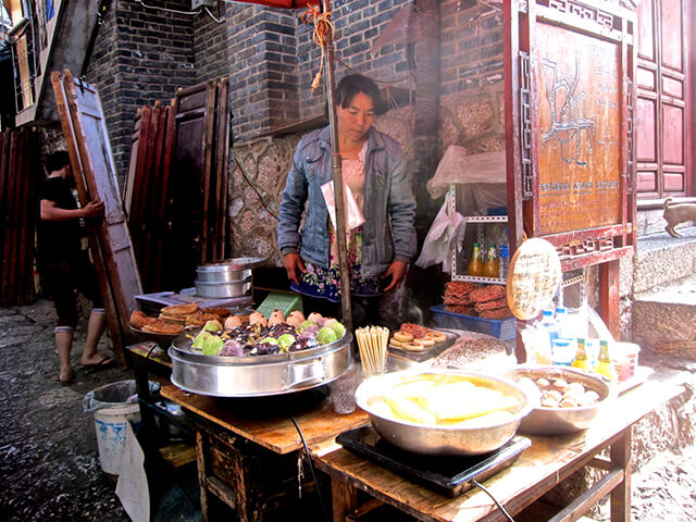 Ở khu vực đường Tứ Phương có rất nhiều tiệm, xe bán đồ ăn đường phố thơm ngon, mới lạ