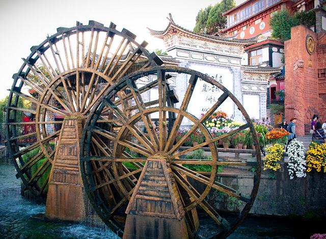 Mọi du khách đi tour Lệ Giang đều không bỏ lỡ cơ hội chụp ảnh với hai bánh xe nước lớn