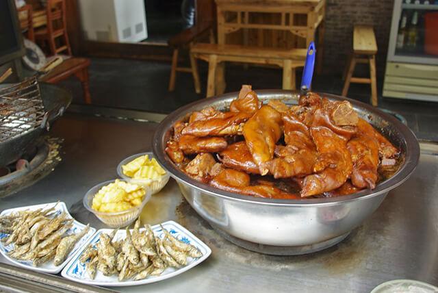 Ở Quý Châu có nhiều quán ăn địa phương với mức giá bình dân