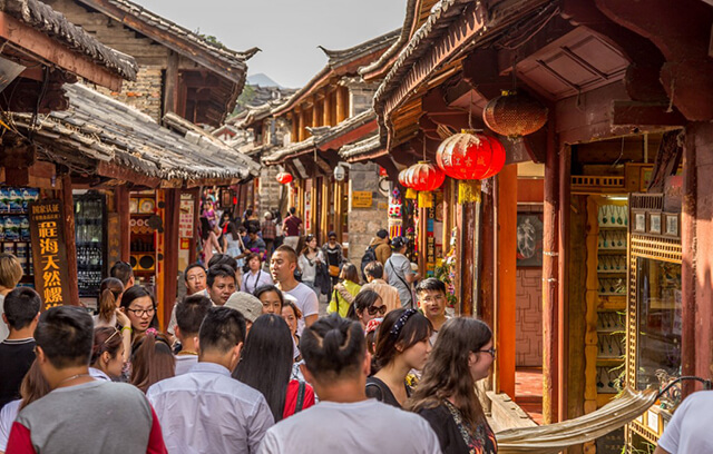 Đường Tứ Phương là con phố buôn bán sầm suất nằm giữa lòng trấn cổ Lệ Giang