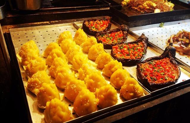 Đến với Đường Tứ Phương, Lệ Giang du khách còn được thưởng thức nhiều món ăn thơm ngon, mới lạ