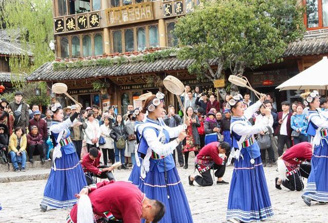Những điệu múa truyền thống của người Naxi thường xuyên được biểu diễn tại quảng trường ở Đường Tứ Phương