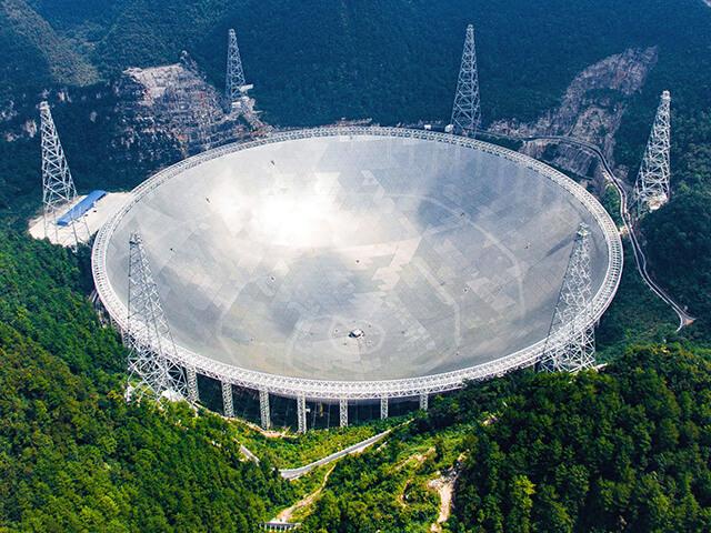 Kính thiên văn vô tuyến hình cầu FAST ở Quảng Châu rộng tương đương với 30 sân bóng đá