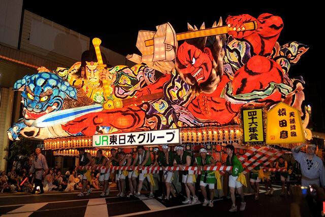 Lễ hội Nebuta nổi tiếng với những chiếc đèn lồng khổng lồ trang trí với hình dáng hung dữ