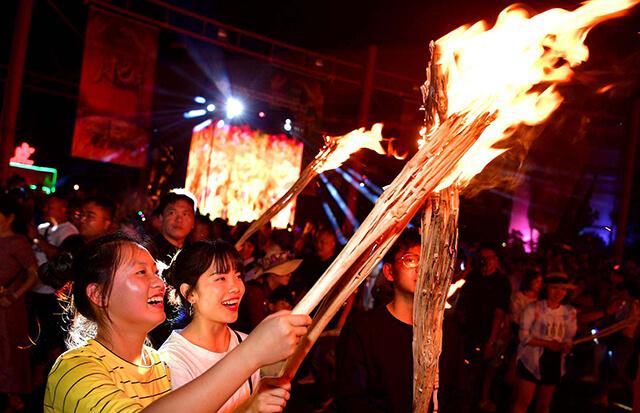 Du lịch Lệ Giang tháng 8 để tham gia lễ hội đốt đuốc truyền thống của các dân tộc thiểu số nơi đây