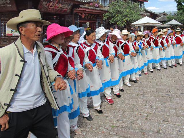 Những người Naxi mặc trang phục truyền thống và nhảy múa ở đường Tứ Phương vào các ngày thừ 3, thứ 5, thứ 7 trong tuần