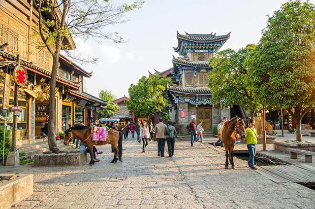 Trong tour Lệ Giang Shangrila du khách dễ dàng bắt gặp hình ảnh những chú ngựa tại Thúc Hà cổ trấn