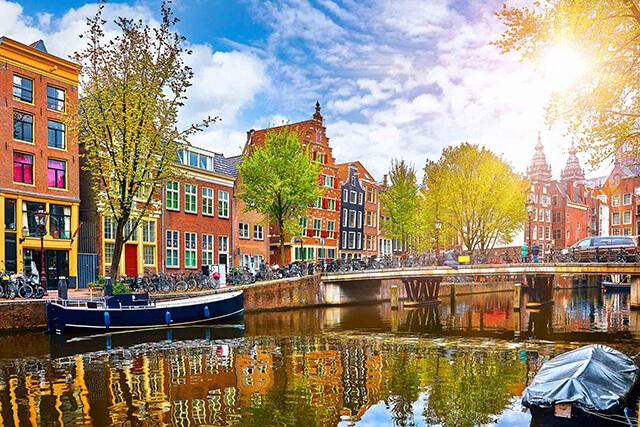 Khung cảnh xanh mát, trong lành của mùa hè tại Amsterdem, Hà Lan