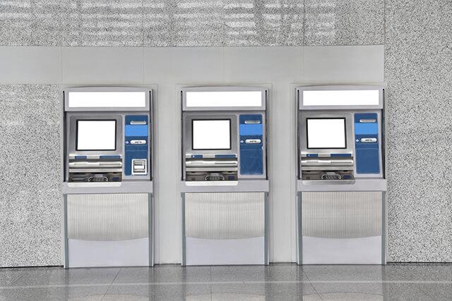 Du lịch châu Âu có thể dễ dàng tìm thấy các cây ATM ở mọi nơi, thuận tiện thanh toán, rút tiền