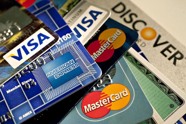 Du lịch châu Âu nên mang theo thẻ Visa và Mastercard để thuận tiện thanh toán, và an toàn thay vì đem theo nhiều tiền mặt