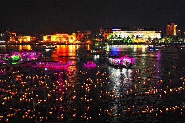 Du thuyền sông Hương vào buổi tối
