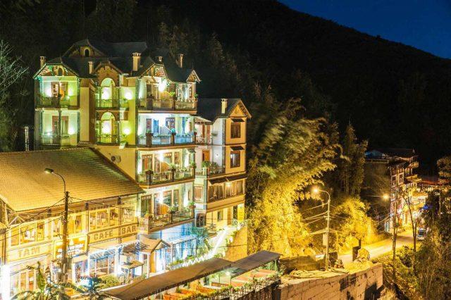 Nghỉ ngơi ở khách sạn view núi