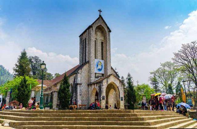 Check in nhà thờ đá Sapa và quảng trường rộng lớn