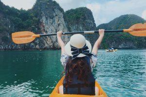 Chèo thuyền Kayak vi vu hòn ba trái đào trong tour du thuyền Hạ Long