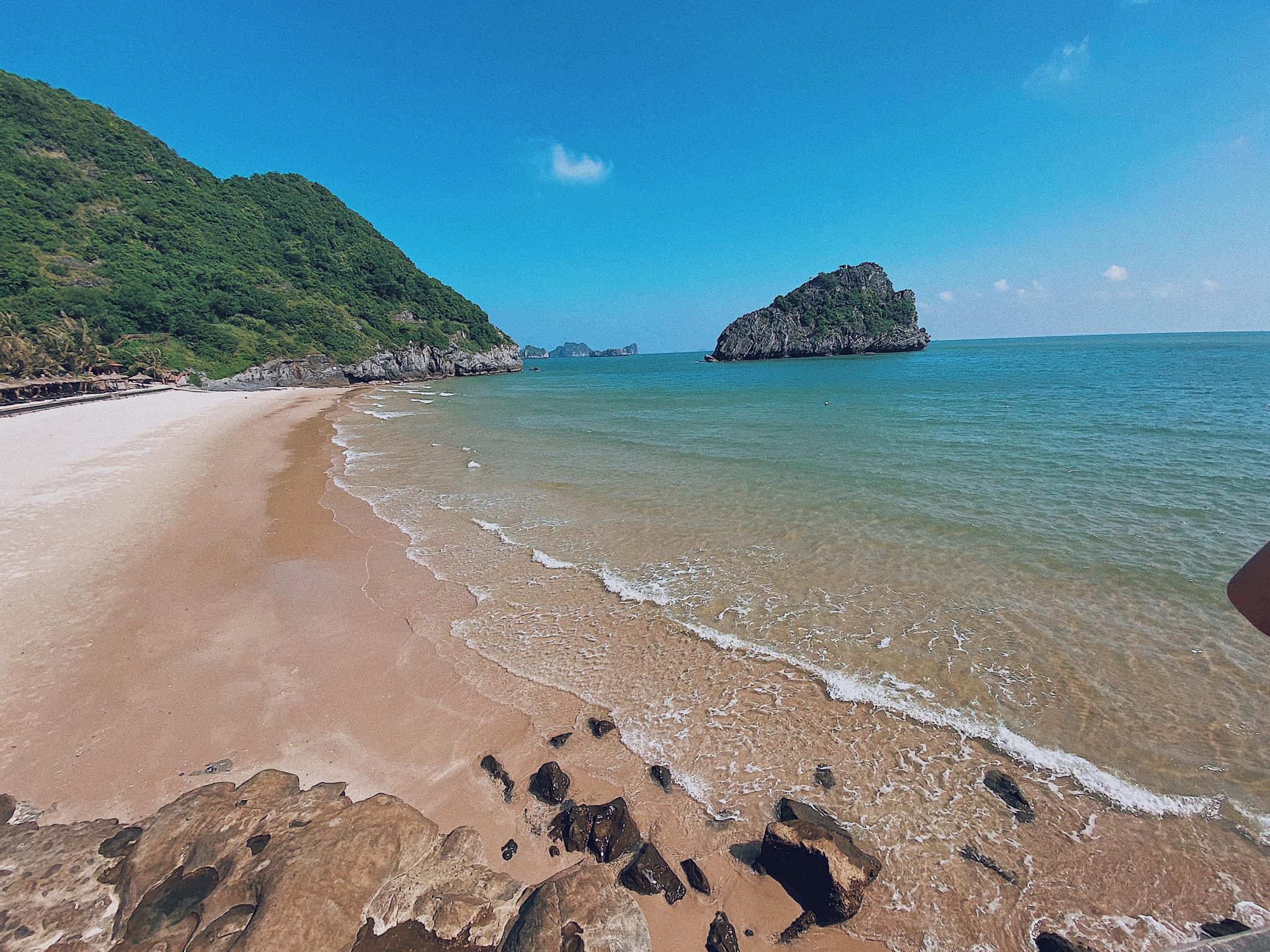 bãi cát trắng mịn ở tour du thuyền Hạ Long