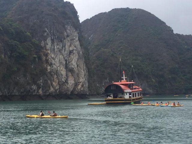 Thuê tàu hoặc trèo thuyền Kayak khám phá vịnh Lan Hạ