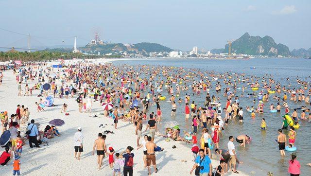 Bãi tắm Bãi Cháy thu hút số lượng lớn khách du lịch Hạ Long