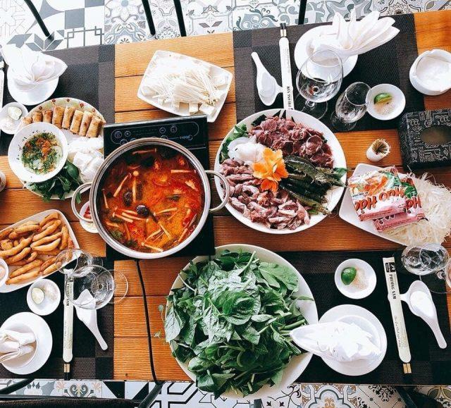 Thưởng thức lẩu chua cay ở nhà hàng Phương Nam